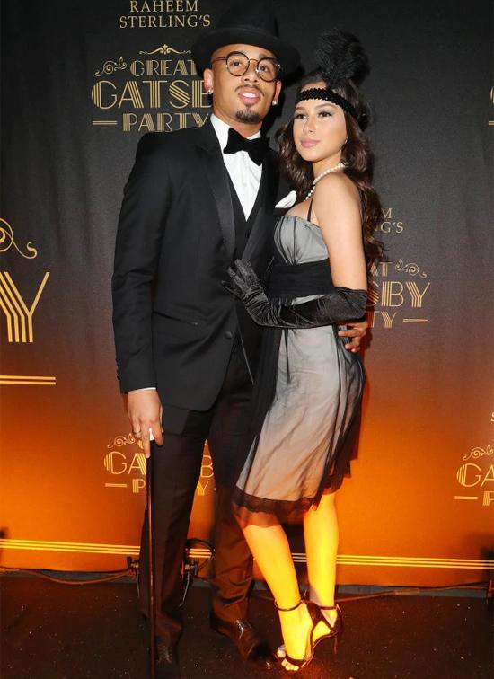 Gabriel Jesus và bạn gái Fernanda Queiroz cũng hưởng ứng trang phục theo phong cách Đại gia Gatsby.