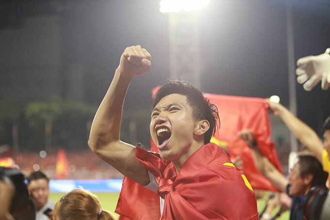 Người hùng Văn Hậu hét vang mừng ngôi vô địch SEA Games. Hậu vệ CLB Hà Nội là tác giả của bàn mở tỷ số trong hiệp một và bàn ấn định 3-0 giữa hiệu hai.