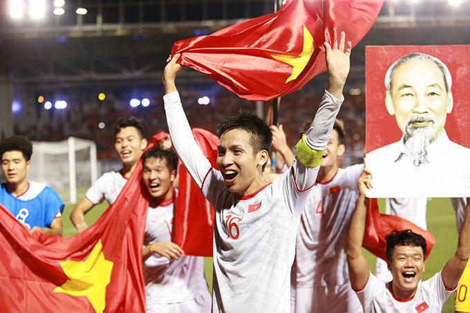 Thủ quân trong trận chung kết Dỗ Hùng Dũng không giấu được niềm vui khi đóng góp một bàn thắng.