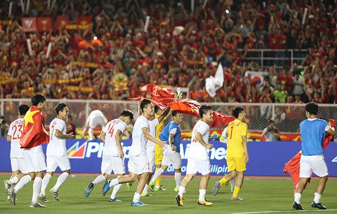 Tiếng còi kết thúc vang lên cũng là lúc các cầu thủ Việt Nam đồng loạt chạy ra sân ăn mừng tấm HC vàng SEA Games lịch sử sau 60 năm chờ đợi.