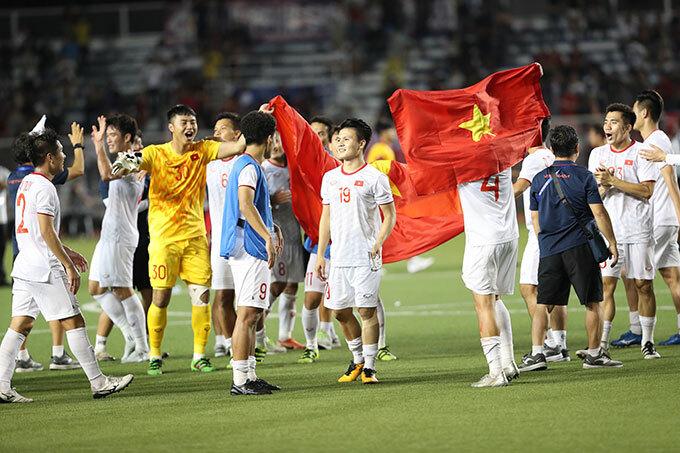 Gương mặt sáng bừng của đội trưởng Quang Hải khi đứng cùng các đồng đội trong giây phút trở thành tân vương.