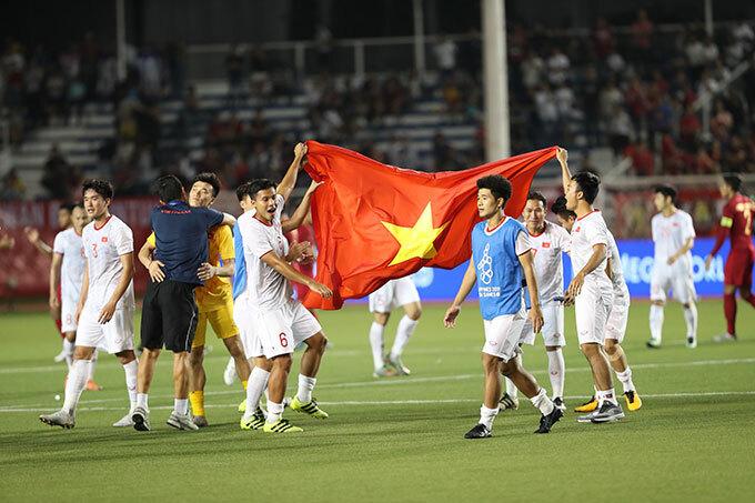 Niềm vui của các cầu thủ Việt Nam sau 90 phút thi đấu bùng nổ và thành công rực rỡ.