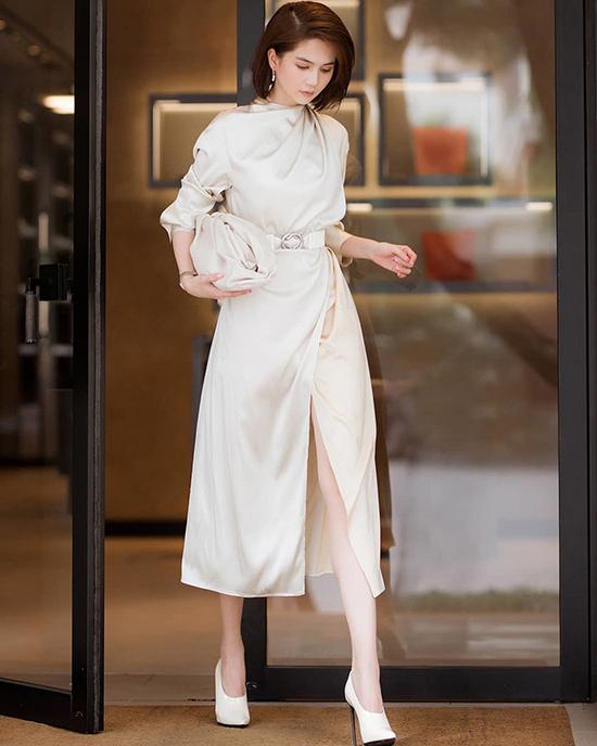 The Pouch của Bottage Venetta được loạt sao thế giới, fashionista săn lùng. Ngọc Trinh cũng sắp cho mình kiểu túi thời thượng để chụp ảnh street style.