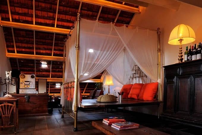 Cục Gạch là địa chỉ quen thuộc của nhiều người nổi tiếng lẫn chính khách quốc tế mỗi khi có dịp đến Sài Gòn. Quán ghi điểm với không gian ấm cúng, tái hiện lại không khí nhà quê ngay giữa lòng trung tâm thành phố. Năm 2011, vợ chồng Brad Pitt và Angelina Jolie