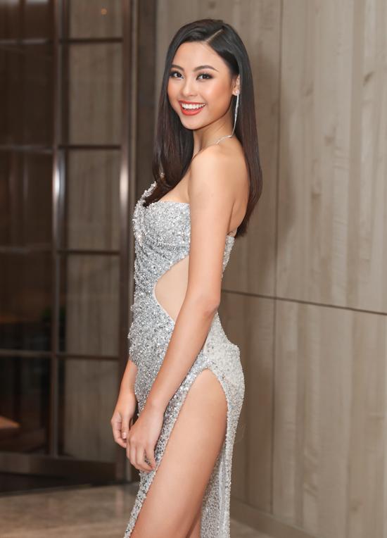 Top 5 Hoa hậu Hoàn vũ Việt Nam 2019 Đào Thị Hà sexy với váy xẻ cao, hở vai và khoét eo.
