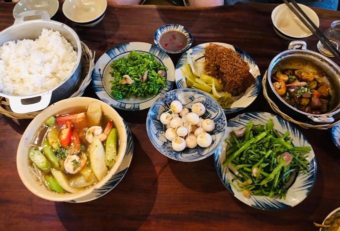 Thực đơn các món thuần Việt phong phú, đủ kiểu từ bắc - trung - nam cho bạn lựa chọn. Vợ chồng ông Obama gọi vài món như bông thiên lý xào tỏi, chả giò, canh chua, thịt kho... Món ăn được dọn trên mâm đồng theo phong cách xưa. Theo chia sẻ của nhân viên nhà hàng, hai vị khách tỏ rahài lòng với hương vị món ăn.