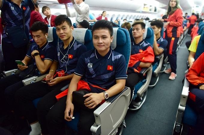 Các cầu thủ Việt Nam trên chuyên cơ rời Philippines hôm 11/12. Ảnh: Giang Huy.