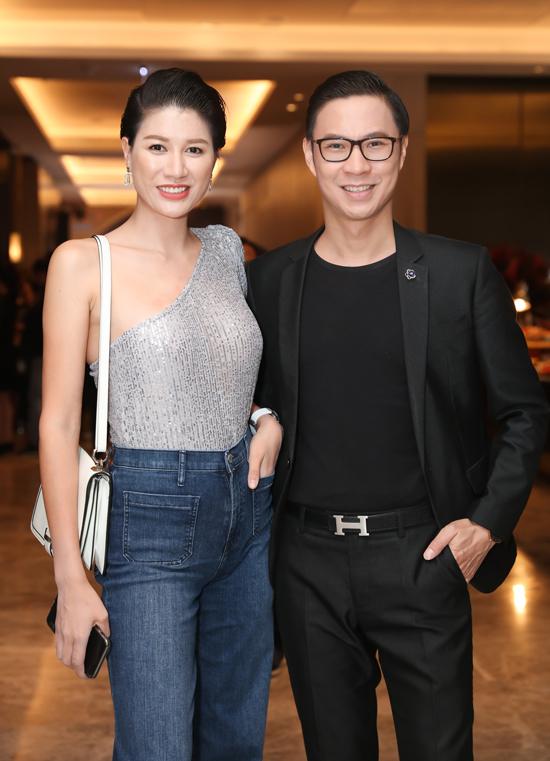 Cựu người mẫu Trang Trần vui vẻ hội ngộ MC Anh Quân.