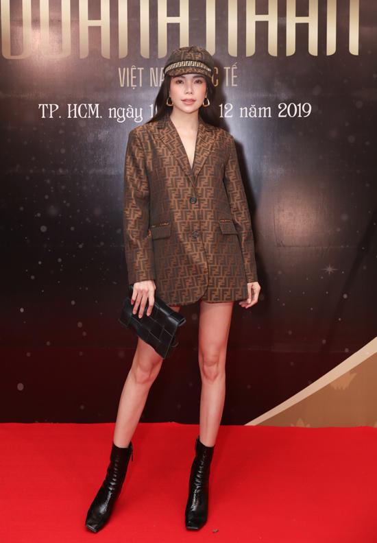 Ca sĩ Trà Ngọc Hằng diện vest giấu quần đi sự kiện.
