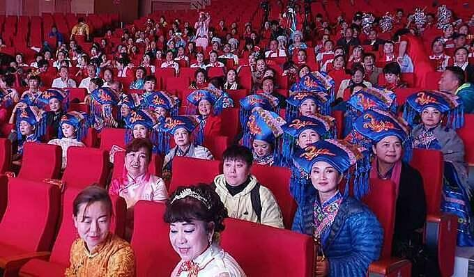 Hàng trăm khách du lịch Trung Quốc tham gia trình diễn áo dài chui tại TP Hạ Long, Quảng Ninh. Ảnh: M.C