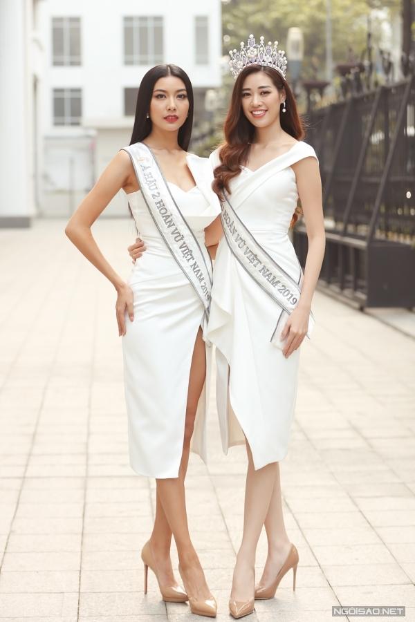 Khánh Vân (phải) năm nay 24 tuổi, đăng quang Hoa hậu Hoàn vũ Việt Nam 2019 hôm 7/12. Riêng Thuý Vân - Á hậu Quốc tế 2015 - tiếp tục đoạt giải Á hậu 2 của cuộc thi/