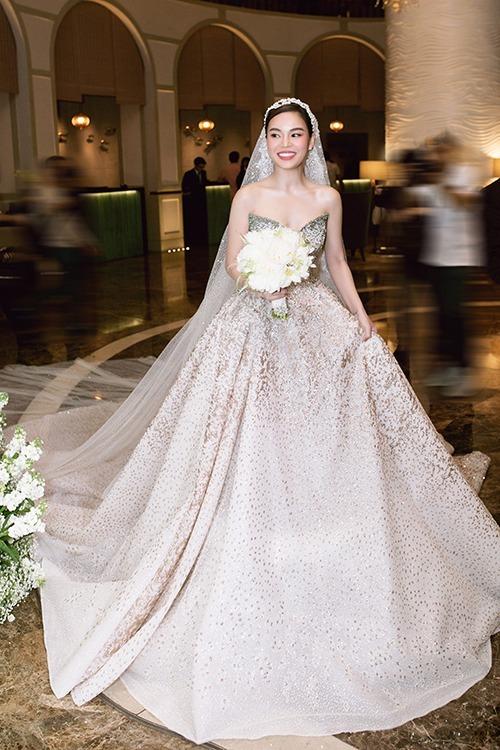 Váy có độ chuyển màu ombre bắt mắt. Phụ kiện cưới của cô dâu là voan dài đính kết cầu kỳ, lấy cảm hứng từ trang phục cưới lộng lẫy của phụ nữ vùng Trung Đông.