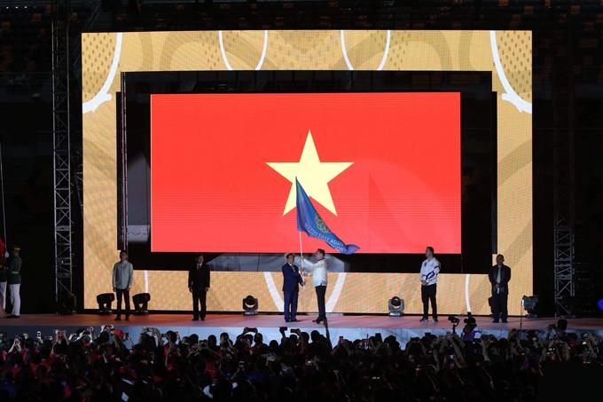 Đại diện Philippines trao lại cờ đại hội cho đại diện Việt Nam là Bộ trưởng Văn hóa Thể thao Du lịch Nguyễn Ngọc Thiện.