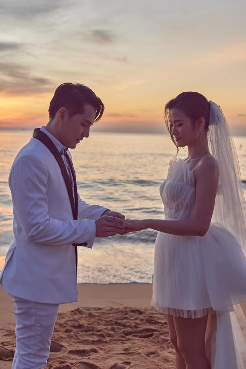 Ngày 9/12, Đông Nhi - Ông Cao Thắng ra mắt MV Yêu là cưới, tròn 1 tháng ngày cưới của cặp sao. Trongvideo này, cô dâu Đông Nhi đã diện váy cưới đến từ người anh thân thiết - NTK Lê Thanh Hòa.