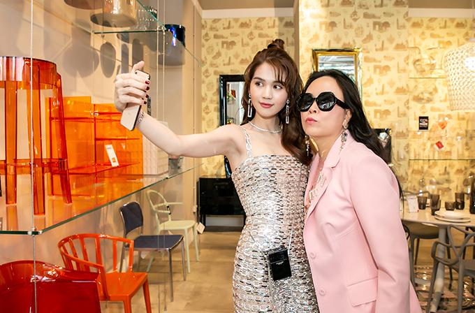 Ngọc Trinh và Phượng Chanel là bạn bè thân thiết nhiều năm nay. Nữ doanh nhân thường đắp lên mình nhiều trang phục, phụ kiện hàng hiệu mỗi lần dự sự kiện giải trí.