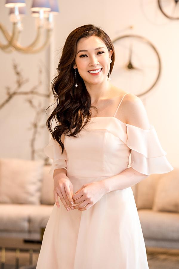 Hoa hậu Áo dài Phí Thùy Linh diện phong cách nữ tính.