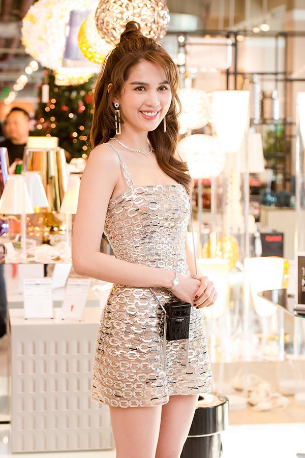 Ngọc Trinh mặc bộ đồ mỏng manh bất chấp cái rét của Hà Nội tối 10/12. Cô kết hợp trang phục với túi xách hàng hiệu hình bao thuốc lá trị giá hàng chục triệu đồng và trang sức đính kim cương.