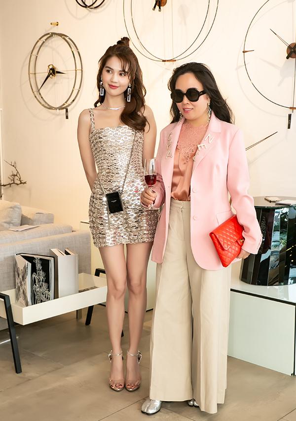 Ngọc Trinh và Phượng Chanel đọ dáng tại sự kiện. Trong khi nữ hoàng nội y mặc phong phanh, hở trên hở dưới thì bạn gái của Quách Ngọc Ngoan diện đồ kín bưng. Nữ doanh nhân kết hợp quần ống suông với vest oversized và sơ mi đắp voan.