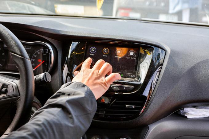 Tiếp theo, hệ thống giải trí với màn hình trung tâm tích hợp Apple Carplay Auto trên VinFast Fadil vừa giúp người lái có thể nắm bắt được cung đường, vừa có những phút giây giải trí, thư giãn trên một hành trình dài.
