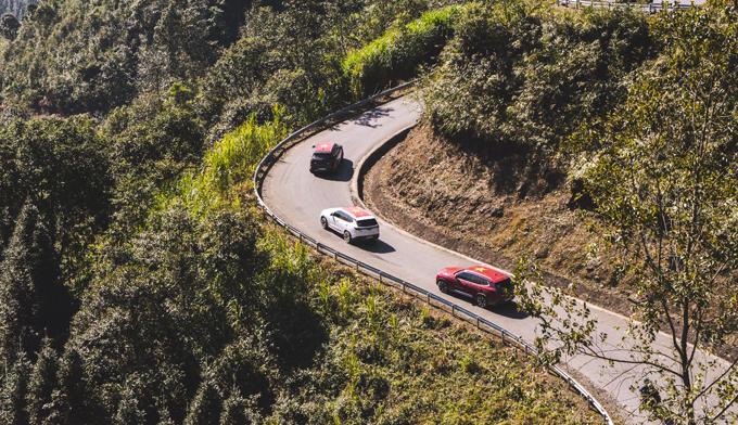 Nhờ hệ thống ga tự động control, VinFast Lux A2.0 giúp hành trình dài gần 1.000 km trở nên đơn giản và nhẹ nhàng hơn. Lái xe  không cần chú ý nhiều tới chân ga ở những đợn đường bằng tốc độ cao.