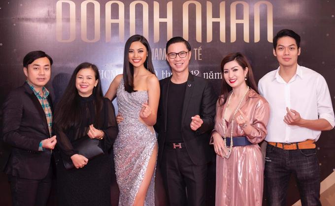 Từ trái qua: đạo diễn Đỗ Kim Khánh, ca sĩ Diễm Phương, người đẹp Đào Thị Hà, MC Anh Quân, ca sĩ Nguyễn Hồng Nhung chụp ảnh cùng một nam người mẫu.