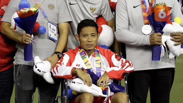 Evan Dimas ngồi xe lăn