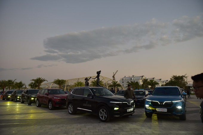 Vào 5h, ngày 6/12, dàn xe gần 100 chiếc VinFast tập trung tại quảng trường Cá Heo trong khuôn viên khu đô thị Vinhomes Ocean Park - khu đô thị mới và sắp trở thành một trong những biểu tượng mới của Vingroup. Từ đây, chuyến hành trình chinh phục Hà Giang bắt đầu, kéo dài trong 3 ngày đầy thử thách với tổng quãng đường gần 1.000 km có tên gọi Amazing Hà Giang - Kỳ vĩ Hà Giang.