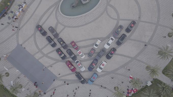 Những chiếc xe có mặt đầu tiên xếp thành hình chữ V tạo thành biểu tượng mang ý nghĩa Vietnam, Vingroup, VinFast và Victory, đại diện cho tinh thần vươn ra biển lớn của người Việt.