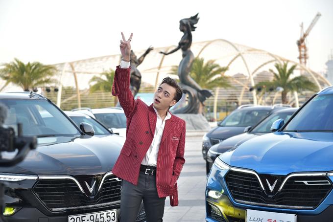 Thành viên tham gia hành trình bao gồm khách hàng đang sở hữu xe cùng nhiều người nổi tiếng như diễn viên Mạnh Trường, Bảo Thanh, Hồng Đăng, người đẹp Helly Tống, hot boy Thiên Minh, SlimV, BinZ, ca sĩ Soobin Hoàng Sơn và 3 nhiếp ảnh gia tên tuổi tại Việt Nam. Trong đó, Soobin Hoàng Sơn biểu diễn ca khúc Vì một VinFast ngay trước giờ lăn bánh.