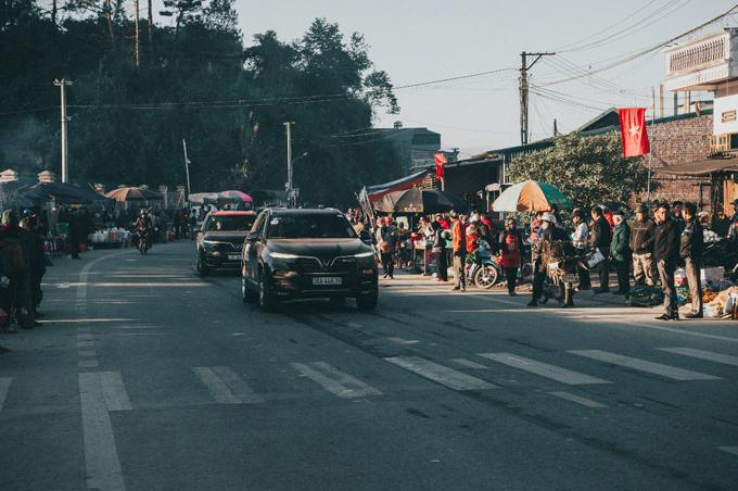 Ở bất cứ đâu trên hành trình, đoàn xe VinFast luôn thu hút sự chú ý với người dân xung quanh. Thông qua hành trình, VinFast muốn gửi lời cảm ơn tới những khách hàng đặt niềm tin và mua xe của hãng từ những ngày đầu. Những chuyến hành trình thế này là nền tảng giúp cộng đồng, hội nhóm người sở hữu xe VinFast bền vững và lớn mạnh, tạo cơ hội trao đổi kinh nghiệm giữa các chủ xe trên toàn lãnh thổ Việt Nam.