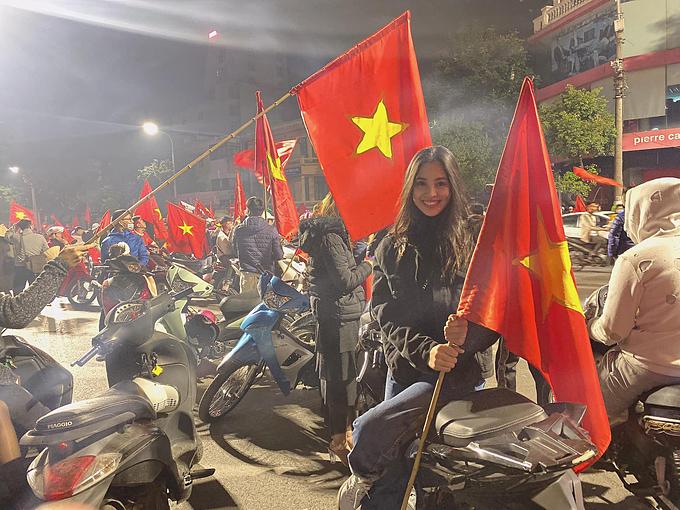 Việt Nam vô địch. Ôi kỳ tích. Lần đầu đội tuyển Việt Nam vô địch SEA Game 30. Hét khàn giọng luôn rồi, Hoa hậu Tiểu Vy kể.