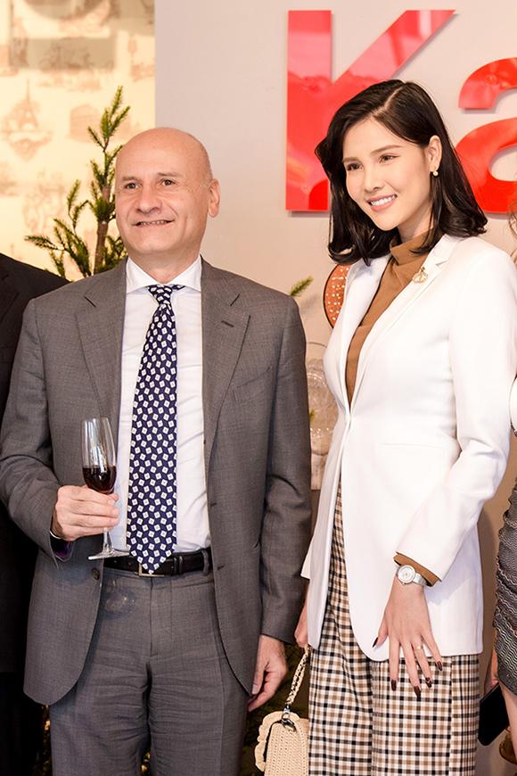 Kỳ Hân cũng dự sự kiện này. Cô chụp ảnh cùng Tổng lãnh sự Italy tại Hà Nội.