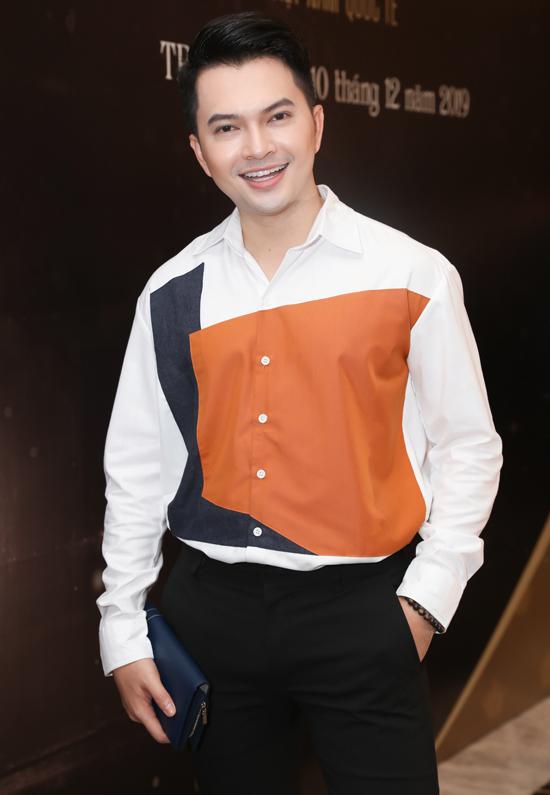 Ca sĩ Nam Cường đến ủng hộ cuộc thi nhan sắc dành cho các nữ doanh nhân.