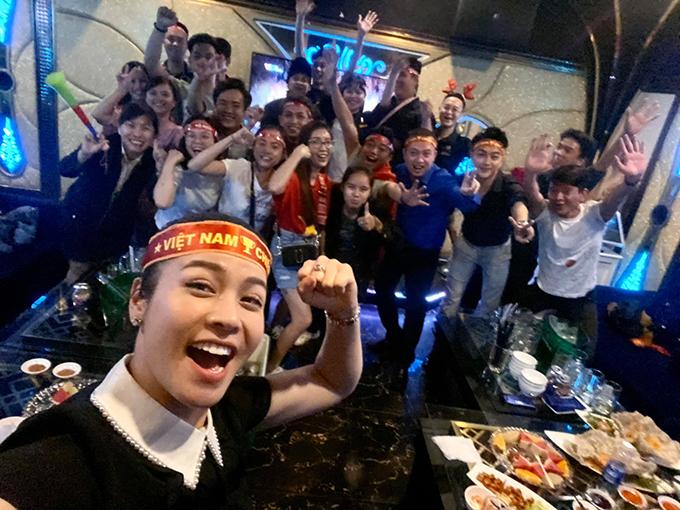 Nhật Kim Anh cùng nhân viên trong công ty ăn mừng chiến thắng của U22 Việt Nam.