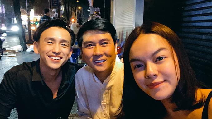 Chia sẻ về bức ảnh chụp cùng nhạc sĩ Hồ Hoài Anh MC Quang Bảo, ca sĩ Phạm Quỳnh Anh cho biết: Chúng tôi đi bão hoà với niềm vui chung của đất nước và giữa tâm bão chúng tôi va vào nhau.