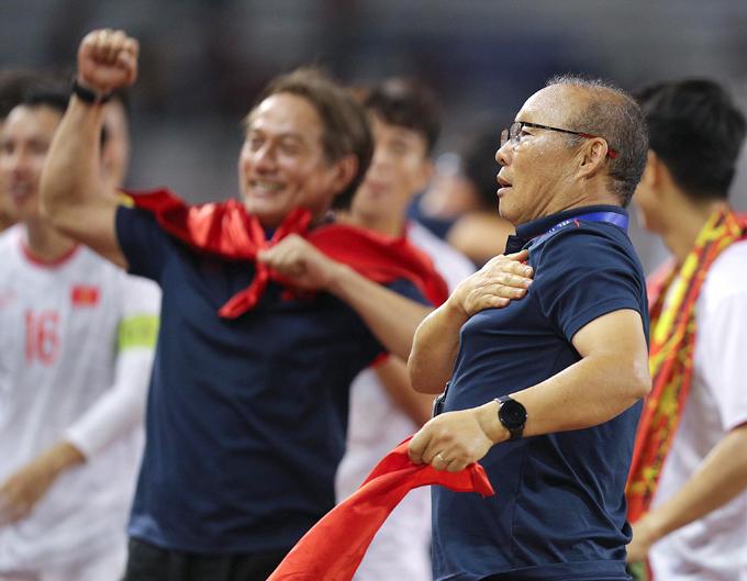 HLV Park đặt tay lên ngực áo mừng chiến thắng. Ảnh: Giang Huy.