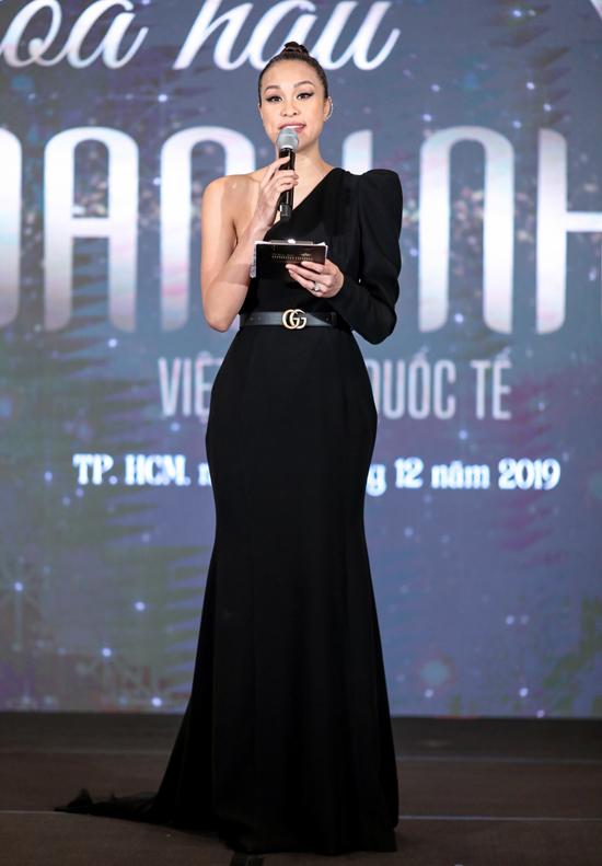 [Caption] Ngày 10/12/2019, cuộc thi Hoa hậu Doanh nhân Việt Nam Quốc tế 2020 chính thức khởi động. Sự kiện diễn ra với sự thu hút đông đảo dàn nghệ sĩ cùng nhiều doanh nhân, hứa hẹn là một cuộc thi nhan sắc uy tín dành cho những nữ doanh nhân trong thời gian tới.  Cuộc thi Hoa hậu Doanh Nhân Việt Nam Quốc Tế năm 2020 (HHDNVNQT), lần đầu tiên được Bộ Văn hóa, Thể thao và Du lịch cấp phép - số 3469/GP-BVHTTDL ngày 30/08/2019; với thông điệp Đẹp để toả sáng, cuộc thi là nơi thể hiện giá trị gắn kết cộng đồng, một trong những nét đẹp văn hoá của Doanh nhân Việt Nam. Cuộc thi được sự đồng hành của VTV8 với vai trò là Thành viên Ban tổ chức, và Báo Thanh Niên là đơn vị bảo trợ thông tin.  Cuộc thi nhằm tôn vinh Nữ Doanh Nhân có quốc tịch Việt Nam đang sinh sống, làm việc tại Việt Nam và trên toàn thế giới; Hướng tới vẻ đẹp của sự thành đạt, năng động, bản lĩnh của phụ nữ Việt trên thương trường; Nâng tầm giá trị nhân văn về tài năng, cốt cách của nữ doanh nhân nói riêng và người phụ nữ Việt Nam thời kỳ kinh tế hội nhập nói chung.    Giải thưởng của cuộc thi gồm: Hoa hậu được trao vương miện cùng với giải thưởng bằng tiền 500.000.000 đồng, Á hậu 1 được trao giải thưởng bằng tiền 300.000.000 đồng, Á hậu 2 được trao giải thưởng bằng tiền 200.000.000 đồng. Những thí sinh đạt giải trong Top 3 còn được nhận nhiều giải thưởng bằng hiện vật giá trị.  Ngoài ra, cuộc thi còn trao tặng nhiều danh hiệu khác như: Người đẹp Áo dài; Người đẹp Tài năng; Người đẹp Ảnh; Người đẹp Truyền cảm hứng, Người đẹp Bản lĩnh Thép...  Theo đó, cuộc thi sẽ tuyển chọn những ứng viên có vẻ đẹp tự nhiên, chưa từng qua phẫu thuật thẩm mỹ và chưa từng qua chuyển đổi giới tính.  Lịch trình Cuộc thi:  Các vòng Sơ tuyển tại Hà Nội, TP HCM và Đà Nẵng, dự kiến diễn ra từ 03/03/2020 đến 15/03/2020.