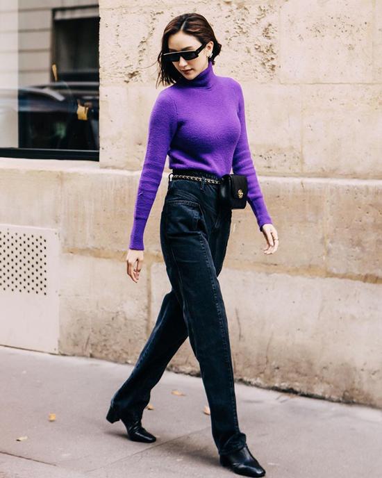Đứng sau tông cam là sự lên ngôi của gam tím mộng mơ. Cách đơn giản nhất để áp dụng sắc màu lãng mạn này là chọn các kiểu áo len, áo cổ lọ mix cùng jeans như Hà Thu.