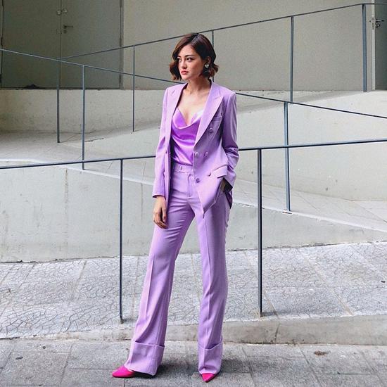 Thùy Anh thanh lịch cùng suit kết hợp áo lụa sexy. Giày hồng cánh sen là phụ kiện được nữ diễn viên chọn lựa để mang tới sự thống nhất cho tổng thể.