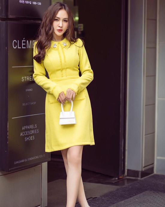 Ngoài sắc cam, tím, xanh thì tông vàng chanh kích thích thị giác cao cũng được nhiều sao Việt yêu thích. Kelly Nguyễn chọn túi Jacquemus tông trắng khi diện váy vải tweed hợp mùa.