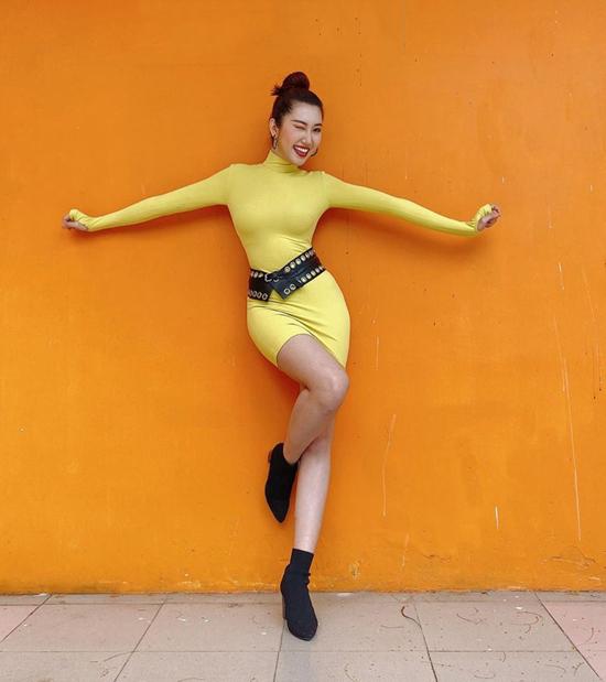 Thúy Ngân khoe đường cong với váy ôm sát body. Phụ kiện belt da to bản tiệp màu bốt cổ thấp được nữ diễn viên chọn lựa để hoàn thiện set đồ.