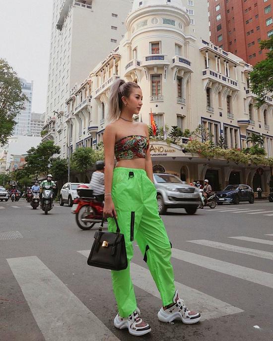 Tông xanh lá khá nổi bật, vì thế các nàng có thể chọn trang phục đơn sắc hoặc áo họa tiết ton-sur-ton như Quỳnh Anh Shyn để mix đồ.