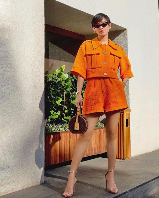Từ cuối mùa hè 2019, sắc cam đã được các fashionista thế giới lăng xê. Bước vào mùa thu đông, chúng tiếp tục nhận được sự yêu mến của Khánh Linh và các tín đồ thời trang Việt.