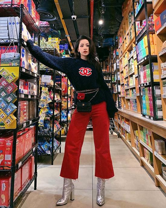 Chi Pu giúp mình trở nên cao ráo hơn khi diện mẫu quần ống đứng phối cùng áo len Chanel, bốt ánh kim.