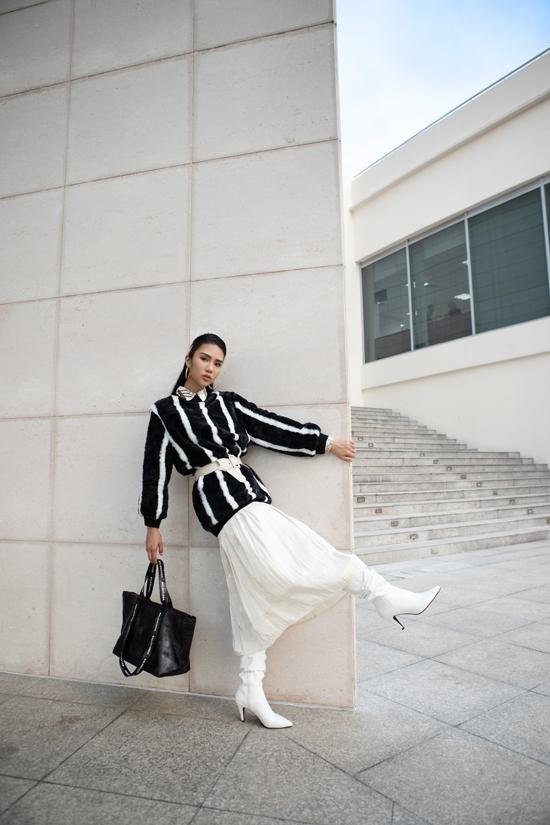 Mẫu áo lông trở nên bắt mắt hơn khi được phối cùng chân váy midi, dây lưng to bản và bốt cao cổ tiệp sắc màu.