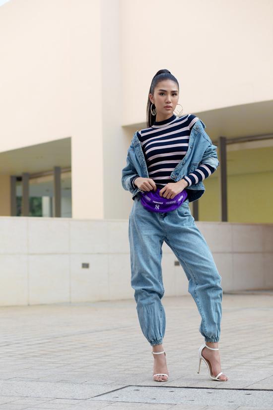 Vải jean và denim là những chất có độ bền vững khá cao, vì thế các nàng có thể tái sử dụng nó từ mùa này sang tháng khác. Nhiều mẫu jeans, càng mặc lại càng cuốn hút vì màu bạc trên xớ vải.