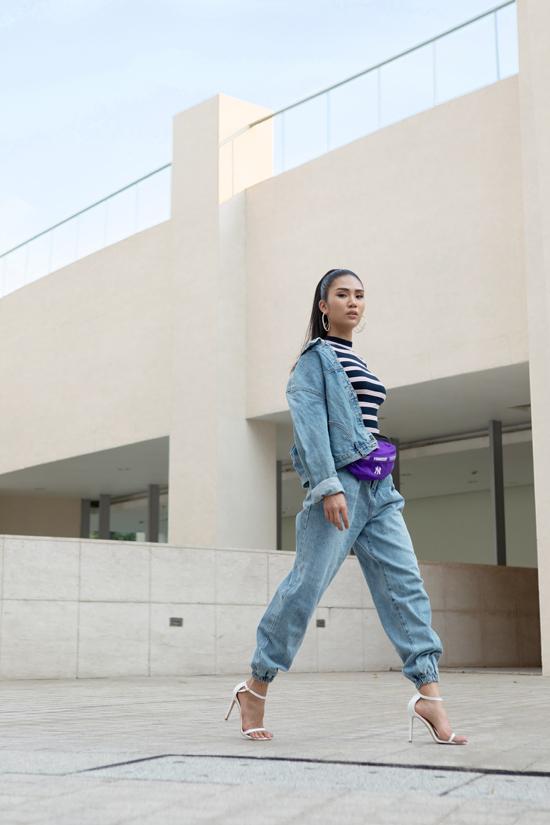 Khi xuống phố với set đồ đồng sắc màu gồm jacket và quần jeans ống túm, bạn gái sẽ thêm phần sành điệu khi mix túi đeo hông tông tím hot trend.