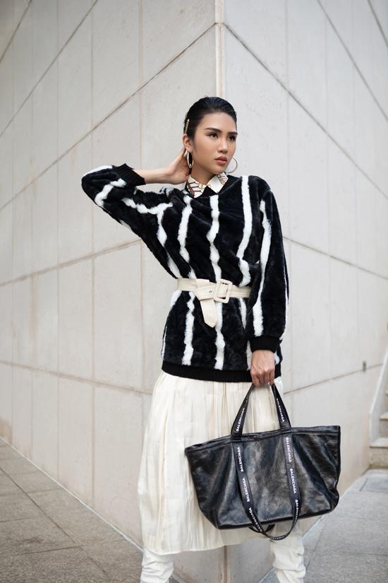Sử dụng đồ cũ với công năng mới sẽ giúp sản phẩm secondhand có thêm sức sống mới. Ví dụ như, thông thường áo len, áo lông vẫn được mix với jeans, quần kaki. Khi nó được phối hợp cùng chân váy và phụ kiện sẽ mang tới nhiều điều bất ngờ thú vị.