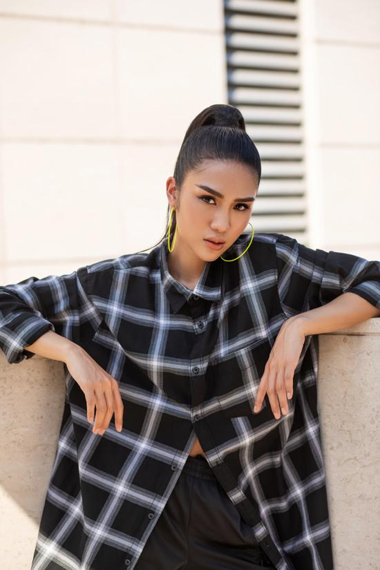 Bộ ảnh được thực hiện với sự hỗ trợ của nhiếp ảnh Hứa Quý Long, stylist   Hoàng Yến Nhi,trang điểm và làm tócNguyễn Chánh Tính, người mẫu Yến Phạm.