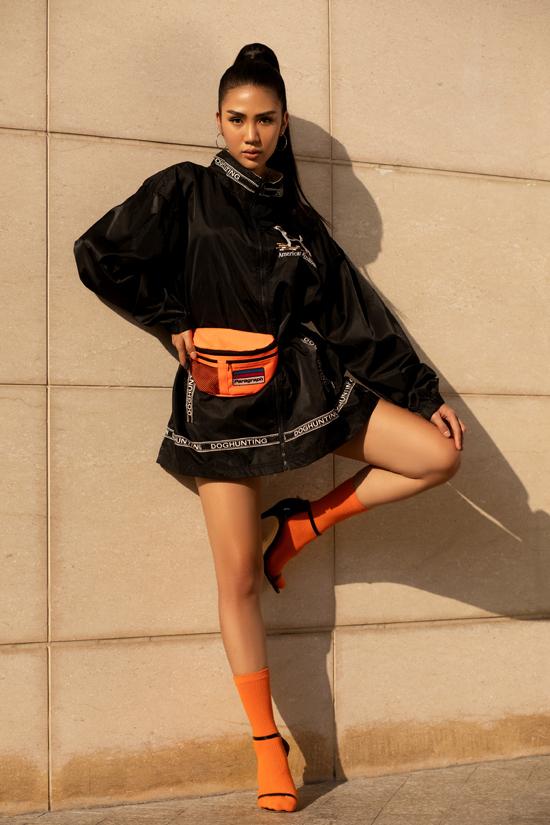 Với kiểu áo khoác gió, phái đẹp có thể hô biến nó thành những mẫu đầm sexy khi sử dụng cùng belt bag, dây lưng, túi đeo hông.